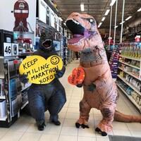 Des dinosaures dans une allée de grand magasin.