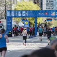 Des coureurs franchissent la ligne d'arrivée du marathon de Vancouver.