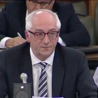 Le sous-ministre Marc Croteau, du ministère de l'Environnement du Québec, lors de la commission parlementaire sur les pesticides, mardi.