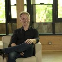 L'auteur de BD Marc Delafontaine en entrevue sur un plateau de télévision.