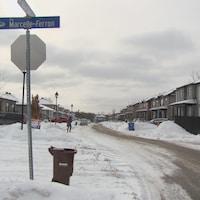 Une intersection avec des maisons jumelées.