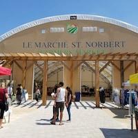 L'entrée de la structure couverte du marché Saint-Norbert.