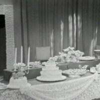Table de mariage avec gâteau à étagé.