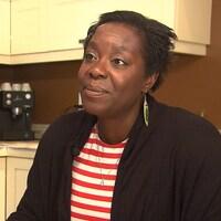 Marie-Ève Aubry assise dans sa cuisine.