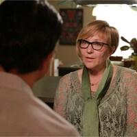 L'ex-commissaire Marilyn Poitras en entrevue dans une cuisine avec un journaliste de CBC