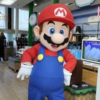 Une personne déguisée en Mario, le personnage de Nintendo.