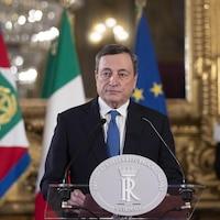 Mario Draghi parle devant un lutrin.