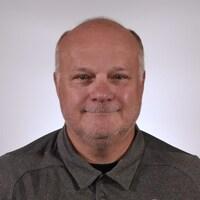 Mario Pouliot succède à Gilles Bouchard à titre d'entraîneur-chef et directeur général des Huskies de Rouyn-Noranda.