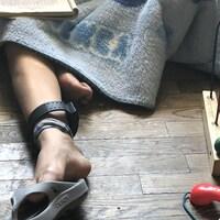 Marisol est assise sur le sol dans un refuge pour migrants illégaux à El Paso, au Texas. Il y a des jouets d'enfant autour d'elle.