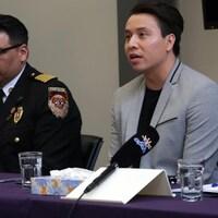 Deux hommes en conférence de presse.