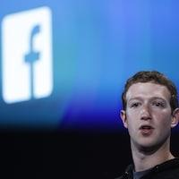 Le fondateur de Facebook, Mark Zuckerberg, devant le logo de Facebook.