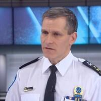Un homme vêtu de l'uniforme du Service de police de la Ville de Montréal
