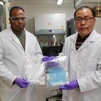 Hyo-Jick Choi et Surjith Kumaran montrent les filtres qu'ils ont développés.