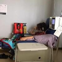 Jérémie qui subit un traitement portant un masque.
