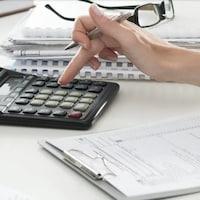 Une main qui utilise une calculatrice .
