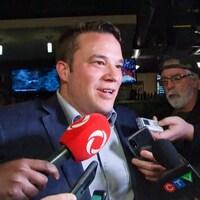 Le nouveau conseiller devant les journalistes lors de la soirée électorale.