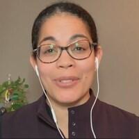 Une femme parle à la télévision