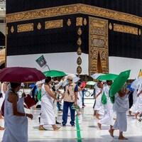 Des pèlerins marchant dans la grande mosquée