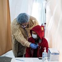 Le médecin se sert d'un stéthoscope auprès d'un patient.