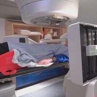 Une patiente se trouve dans une machine de médecine nucléaire.
