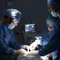 Des médecins procèdent à une chirurgie.
