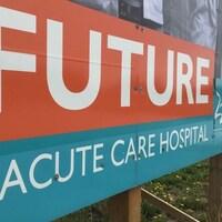 Une pancarte annonçant le projet de mégahôpital.