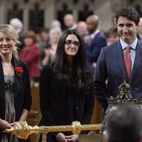 Mélanie Joly, Emmanuella Lambropoulos et Justin Trudeau sont au parlement.