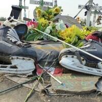 Des patins, des fleurs, une cannette de bière et des croix sur le site de mémoire de l'accident d'autocar des Broncos de Humboldt