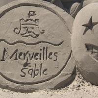 Une sculpture de sable où il est inscrit «Merveilles de sable».