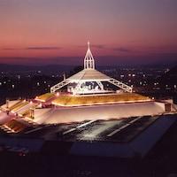 La structure érigée au PEPS pour la messe de Jean-Paul II.