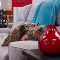 Un sofa dans un magasin de meubles.