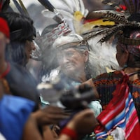 Des Mexicains sont vêtus de costumes autochtones traditionnels.