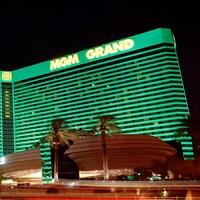 La façade de l'hôtel MGM Grand, à Las Vegas, la nuit.