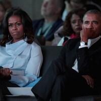 Les deux personnes sont assises et écoutent.