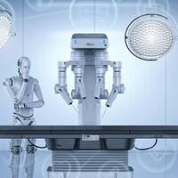 Un robot se tient près d'une table d'opération munie d'un système robotisé.