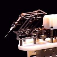 Un robot miniature doté d'une aiguille à son extrémité.