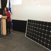 La mairesse de Lac-Mégantic, Julie Morin, lors de l'annonce de l'implantation du microréseau électrique.