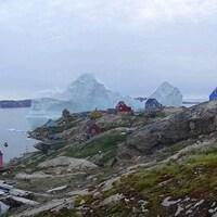Un iceberg très près des côtes du village d'Innaarsuit sur la côte nord-ouest du Groenland.