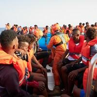 Des migrants sont évacués d'une embarcation pneumatique par l'équipage d'un bateau de sauvetage Alan Kurdi à environ 34 milles de la côte libyenne.