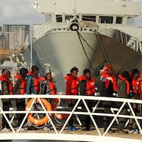 Des migrants devant le navire allemand Sea-Watch