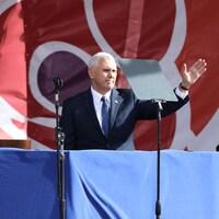 Le vice-président américain Mike Pence salue la foule lors d'un rassemblement anti-avortement à Washington en 2017.