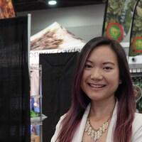 Une femme pose pour la caméra au salon Cannabis Expo d'Ottawa.