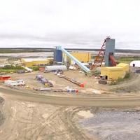 Une photo des installations de la mine vue de haut.