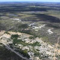 Vue aérienne d'un monticule de pegmatite et du lac Kapisikama en lien avec le projet de mine de lithium Baie-James.