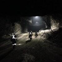 Des travailleurs marchent dans la mine de sel de Goderich.