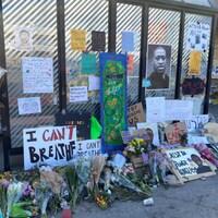 Des pancartes et des fleurs en hommage à l'homme noir de 46 ans, dont la photo a été collée sur un mur.