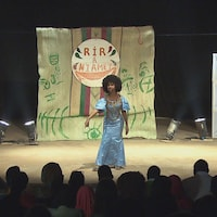 Mint Abdou sur scène.