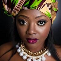 Photo de la chanteuse qui porte un foulard coloré
