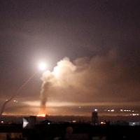 La télévision a diffusé des images en direct des projectiles s'abattant sur Damas.