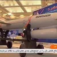 Le missile, monté sur des roues, est présenté à la télévision nationale iranienne.